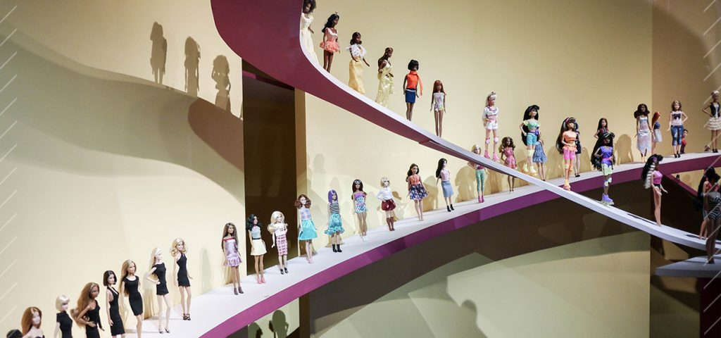9-silhouettes-mode-exposition-barbie-paris-arts-decoratifss
